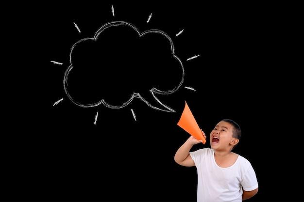 O garoto gritou alto com a caixa de texto Foto gratuita