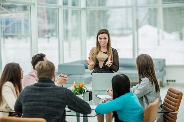 O gerente de publicidade apresentará o novo projeto da empresa no amplo escritório. Foto Premium