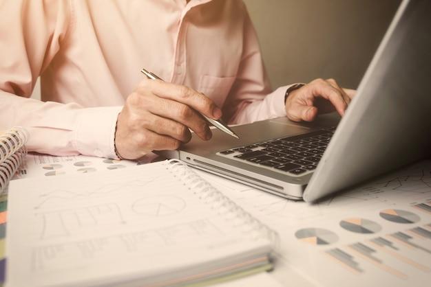 O gerente novo do homem de negócio, trabalha sozinho no escritório. Foto Premium