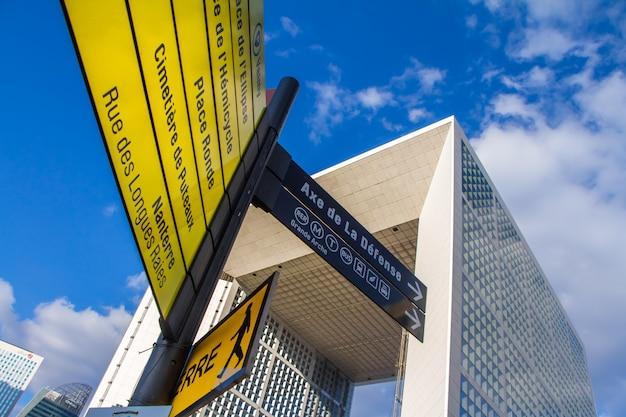 O grande arche e pontos turísticos amarelos no distrito de la defense, em paris Foto Premium