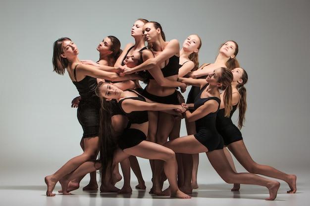 O grupo de bailarinos modernos Foto gratuita