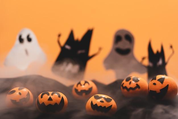 O grupo de laranjas enfrenta a pintura com o assustador no dia do partido de dia das bruxas com mito. Foto Premium