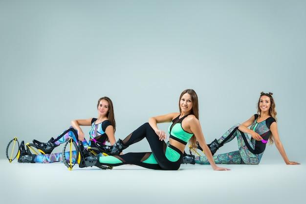 O grupo de meninas, pulando no treinamento Foto gratuita