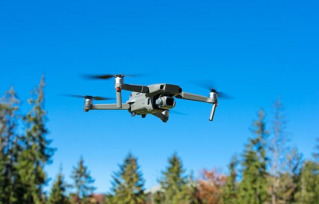 O helicóptero drone voando com câmera digital. Foto Premium