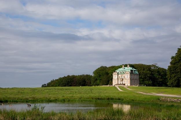 O hermitage, um pavilhão de caça real em klampenborg, na dinamarca. dyrehaven é um parque florestal ao norte de copenhague Foto Premium