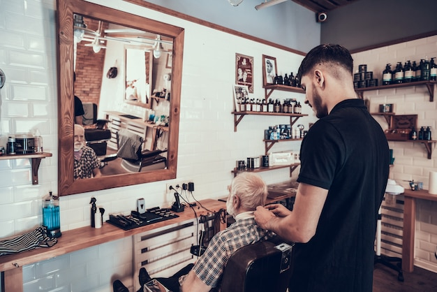 O homem adulto veio ao barbeiro novo para o corte de cabelo do estilo Foto Premium