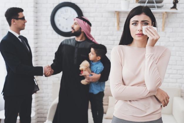 O homem árabe está ficando com a custódia de seu filho. Foto Premium