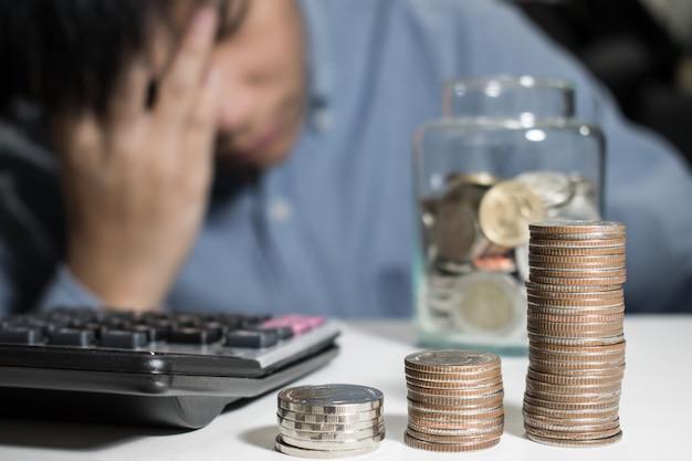 O homem asiático na camisa azul é forçado sobre o dinheiro no quarto. Foto Premium