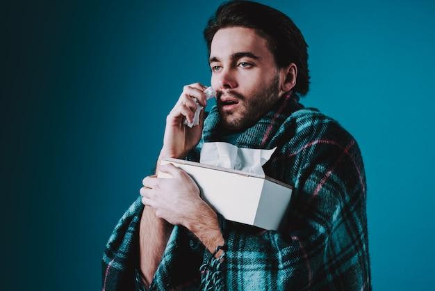 O homem branco tem frio, com o nariz escorrendo isolado. Foto Premium