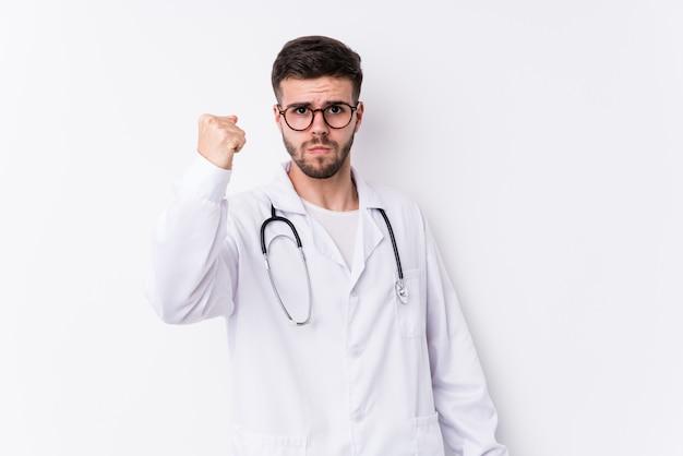 O homem caucasiano novo do doutor isolou mostrar o punho à câmera, expressão facial agressiva. Foto Premium