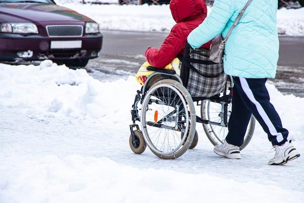 O homem com deficiência tem uma esperança. ele se senta em uma cadeira de rodas. Foto Premium