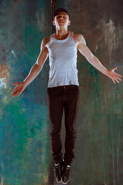 O homem dançando coreografia de hip hop Foto gratuita