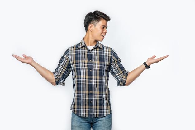 O homem de camisa azul e o sinal de mão se abriram para os dois lados Foto gratuita