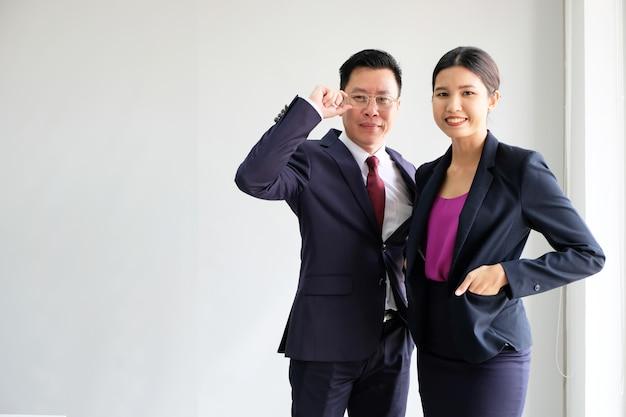 O homem de negócio asiático novo olha bom em um fundo branco. Foto Premium
