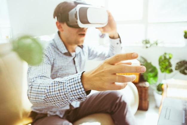 O homem de óculos de realidade virtual Foto gratuita