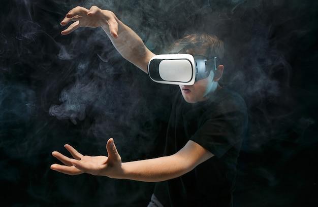 O homem de óculos de realidade virtual. Foto gratuita