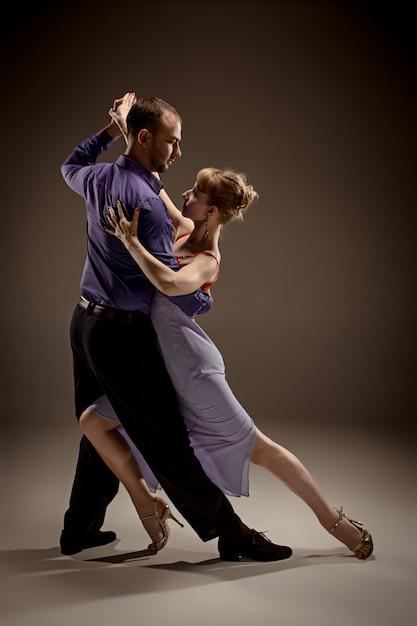 O homem e a mulher dançando tango argentino Foto gratuita