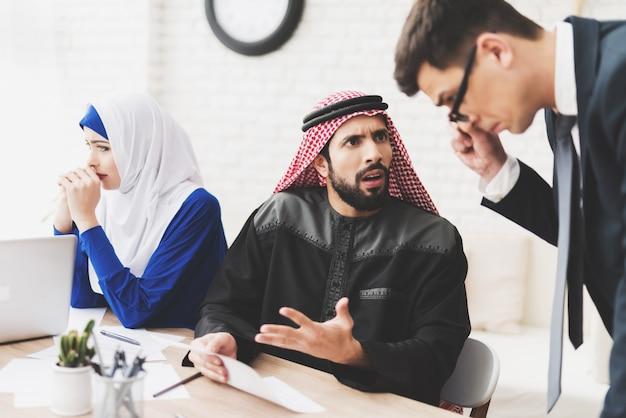 O homem e a mulher estão assinando papéis do divórcio no escritório de advogado. Foto Premium
