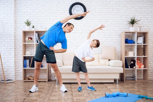 O homem e o menino estão envolvidos em ginástica. Foto Premium