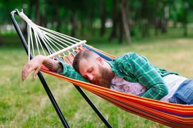 O homem está dormindo na rede Foto Premium