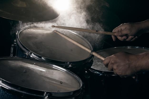 O homem está tocando bateria. Foto Premium