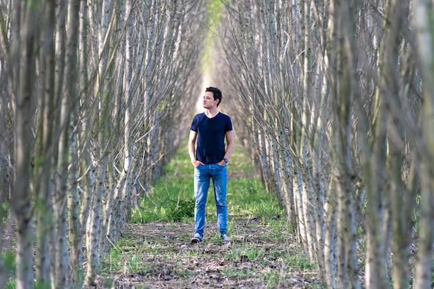 O homem experimenta uma sensação de solidão em uma caminhada pela floresta Foto Premium