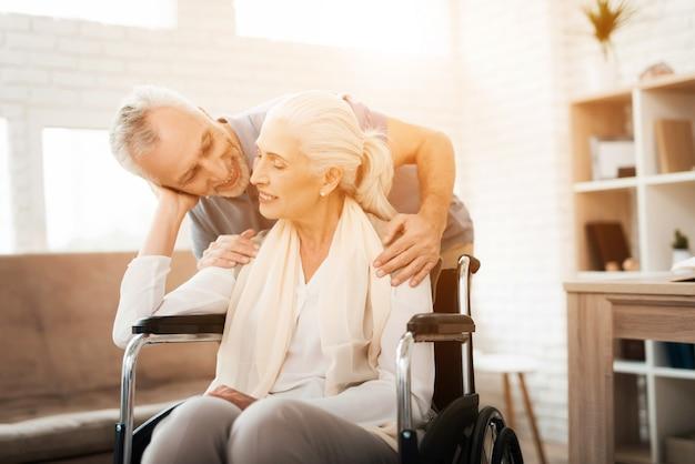 O homem idoso está visitando ao lar de idosos. felizes juntos. Foto Premium