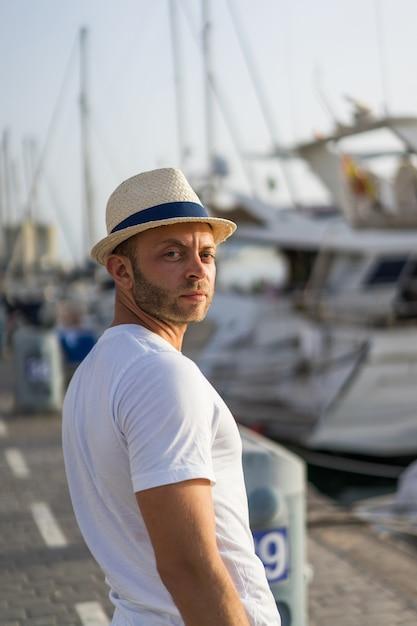 O homem no porto Foto gratuita