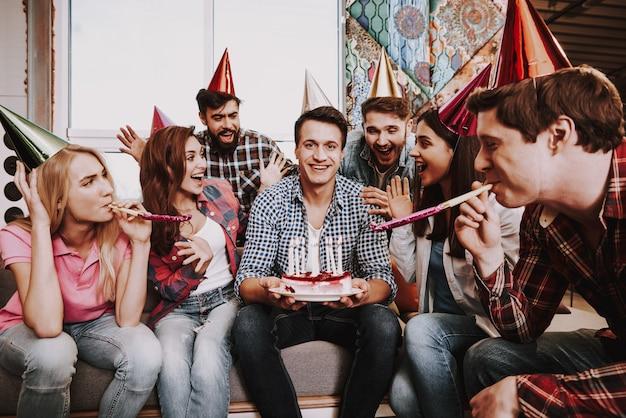 O homem novo está comemorando o aniversário com empresa. Foto Premium