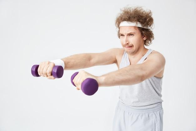 O homem retro fraco em esportes antiquados veste treinamento duro Foto gratuita