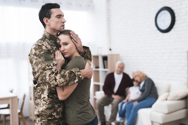 O homem vai ao serviço militar e adeus com esposa. Foto Premium