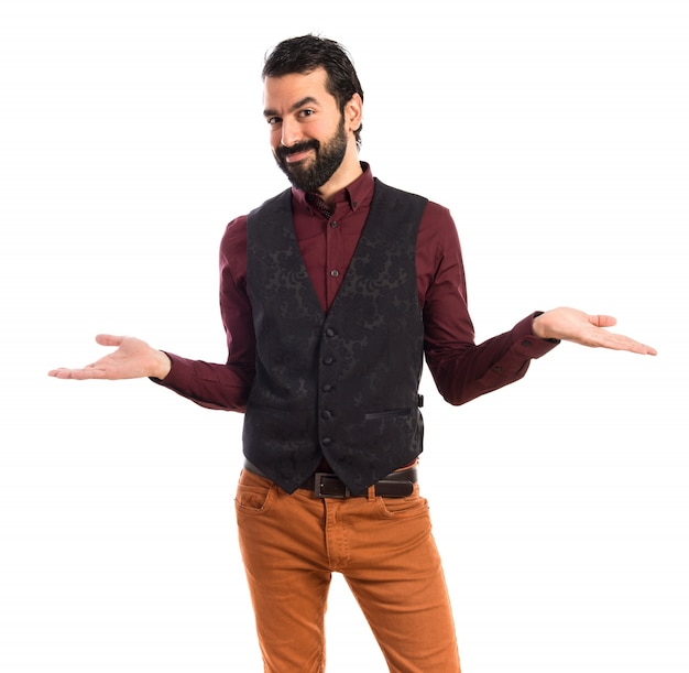O homem vestindo o colete fazendo um gesto sem importância Foto gratuita
