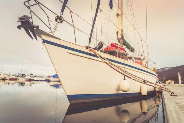 O iate grande da navigação amarrou ao pontão no porto. Foto Premium