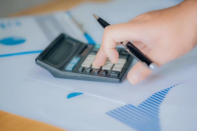 O inspetor financeiro e o secretário da empresa fazem relatório, calculam ou verificam o saldo. documento de verificação do inspetor do internal revenue service. conceito de auditoria. Foto Premium