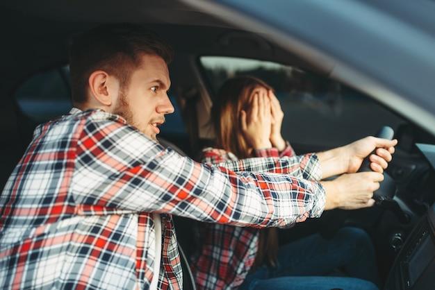 O instrutor de direção ajuda o motorista a evitar acidentes Foto Premium