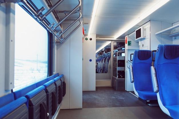 O interior da carruagem com assentos para passageiros e suas bicicletas no trem de alta velocidade. Foto Premium