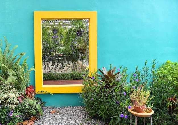 O jardim com plantas ornamentais flores na decoração de vaso Foto Premium