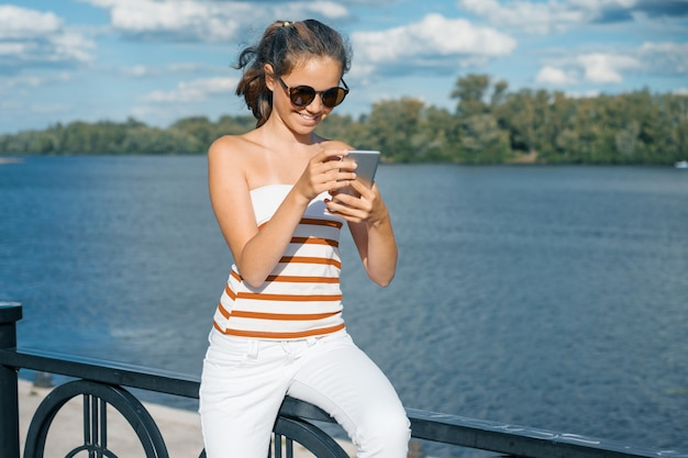 O jovem blogueiro tira fotos e vídeos para o seu blog. Foto Premium