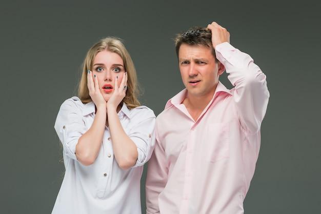 O jovem casal com emoções diferentes durante o conflito Foto gratuita