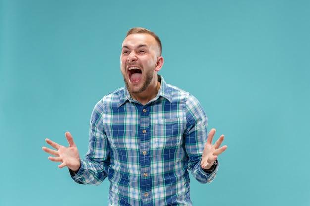 O jovem emocional irritado gritando no espaço Foto gratuita