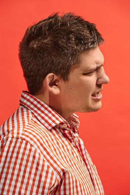 O jovem está com dor de dente. conceito de dor. jovem emocional. emoções humanas, conceito de expressão facial. estúdio Foto gratuita