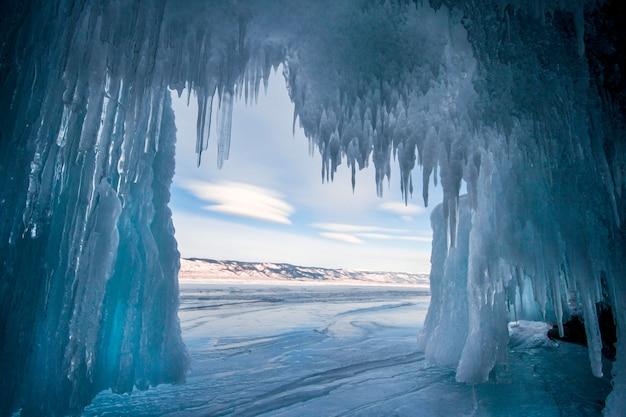 O lago baikal é um dia de inverno gelado. agua Foto Premium
