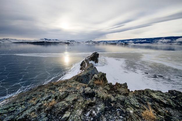 O lago baikal é um dia de inverno gelado. Foto Premium