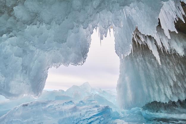 O lago baikal está coberto de gelo e neve, frio forte e gelo azul claro e espesso Foto Premium