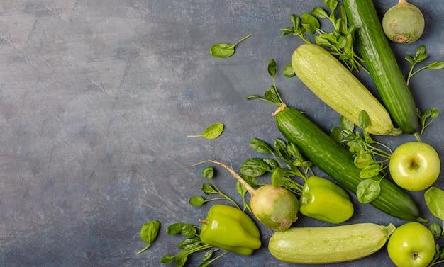 O layout de vegetais verdes em um fundo escuro. Foto Premium