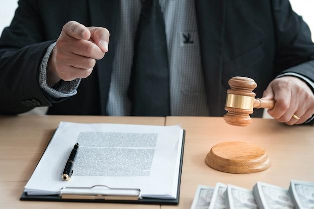 O leilão do advogado ofereceu o malho do julgamento da venda com juiz. leiloeiro derrubando a venda. Foto Premium