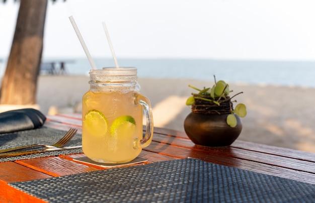 O limão e o mel bebem com fatia de cal na bebida de refrescamento do verão da tabela. Foto Premium