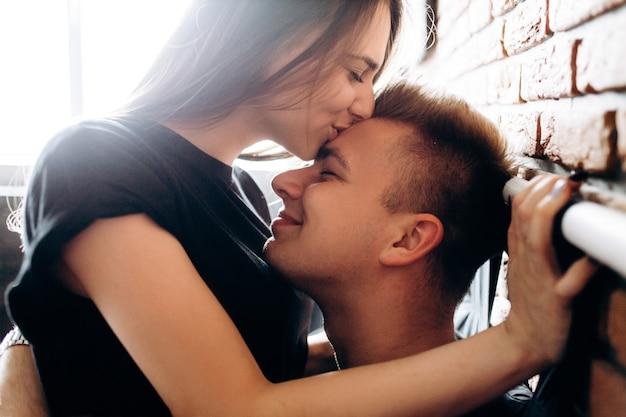 O lindo casal apaixonado abraçando e sentado na cama Foto gratuita