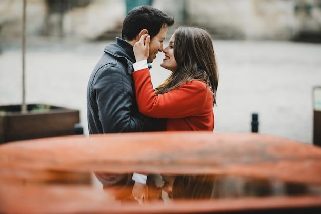 O lindo casal apaixonado se abraçando na rua Foto gratuita