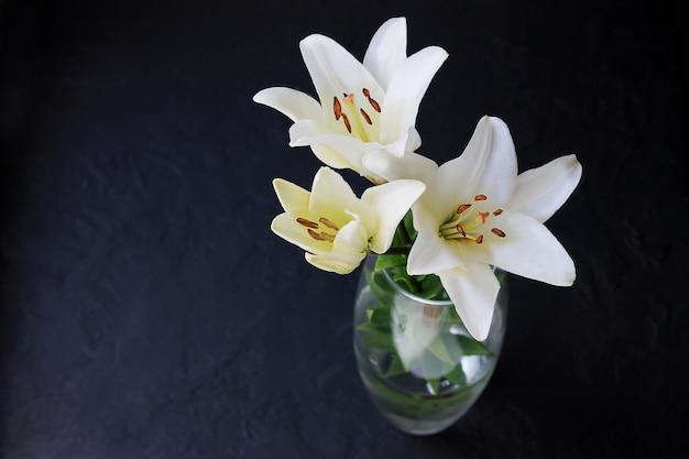 O lírio branco floresce o ramalhete no fundo preto. Foto Premium